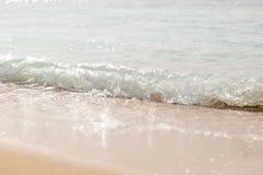 Våg som plaskar på en strand close upp arkivfoton