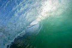 Våg som surfar ihålig rörritt royaltyfri foto