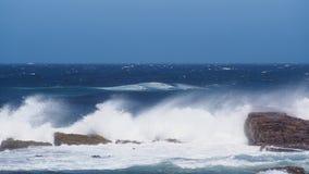 Våg under blå himmel på uddepunkt i Sydafrika Royaltyfri Bild