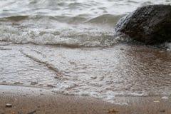 Vågarbetskopia till den sandiga kusten Arkivfoton