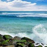 Vågavbrott mot stenig kust av havet Arkivfoton