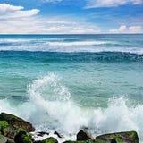 Vågavbrott mot stenig kust av havet Arkivfoto