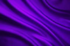 Vågbakgrund för siden- tyg, abstrakt purpurfärgad satängtorkduk Royaltyfri Foto