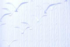 Vågbakgrund med fåglar Arkivbilder