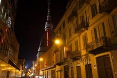 Vågbrytare Antonelliana vid nattsiktsformen gatan royaltyfria bilder