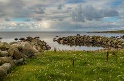 Vågbrytare, hav och himmel på Lista i sydliga Norge Royaltyfria Bilder