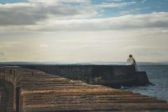 Vågbrytare i Burghead, skotsk Skotska högländerna royaltyfri fotografi
