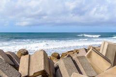 Vågbrytare i havet på ön av madeiran Portugal Royaltyfri Fotografi