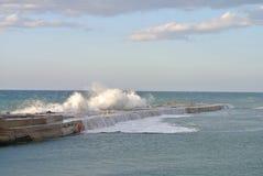 Vågbrytare mot havsbeståndsdelar Royaltyfri Bild