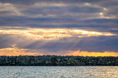 Vågbrytare och dramatisk himmel på Lista i sydliga Norge Arkivbilder