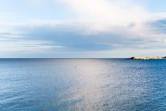 Vågbrytare och Ionian hav nära den Giardini Naxos staden Arkivfoto