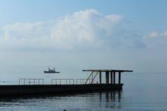 Vågbrytare på stranden Royaltyfri Bild