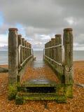VågbrytareEastbourne strand som förbiser den Pevensey fjärden royaltyfri bild
