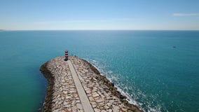 _ Vågbrytarehamnplats, fiskestaden av Quarteira port som filmas från himlen stock video
