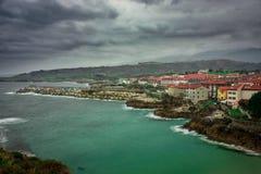 Vågbrytareminneskuber, Llanes, Asturias Royaltyfri Foto
