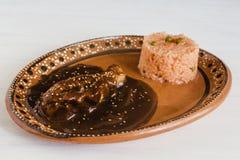 Vågbrytarepoblanoen med fegt och ris är mexicansk mat i Puebla Mexico royaltyfri fotografi
