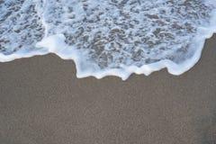 Vågbubblor på en kust royaltyfri bild