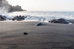 Vågen för closeupen för stranden för sand för svart för den Playa laarenan plaskar den vulkaniska Royaltyfri Bild