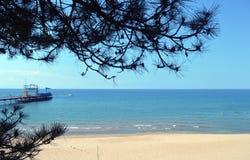 Vågen för himmel för havssommarvatten av den blåa semestern för stranden för bergsandkusten tränger igenom värme Arkivfoton