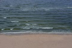 Vågen för strandhavvatten frigör känsel Royaltyfri Foto