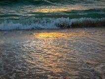 Vågen i havet på solnedgångtid royaltyfria bilder