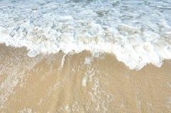 Vågen på stranden Arkivbilder