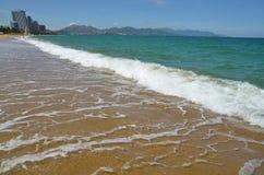 Vågen rullar på stranden i Vietnam Arkivbild