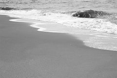 Vågen, sanden och stranden Royaltyfri Fotografi
