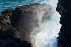 Vågen som ner bryter till färgstänk på kusten, vaggar på grisen-Gris, den Mauritius ön fotografering för bildbyråer