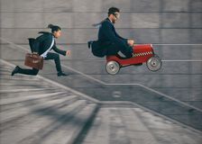 Våghalsiga lopp för affärsman med en bil som segrar en konkurrens mot konkurrenterna Begrepp av framgång och konkurrens arkivbild