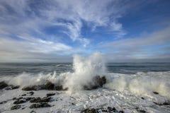 Våghandling under konungen Tides på den Kalifornien kusten royaltyfri foto