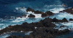 Vågkraschen in i vaggar kustlinjen, Atlantic Ocean, Porto Moniz, madeiraön Portugal, ultrarapid lager videofilmer