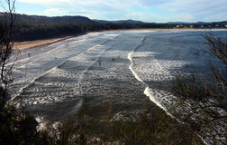 Vågor är kommande till stranden Royaltyfria Foton