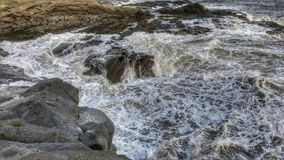 Vågor över vaggar Royaltyfri Bild