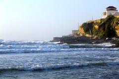 Vågor av Atlantic Ocean på Praia das Macas (den Apple stranden) Royaltyfri Foto