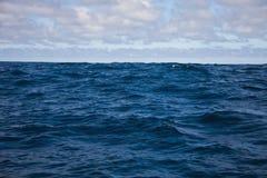 Vågor av Atlanticet Ocean och morgonhimlen med moln Royaltyfri Foto