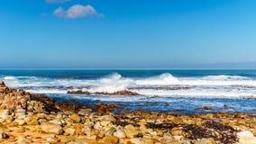 Vågor av Atlanticet Ocean som bryter på de steniga kusterna av udde av bra hopp Arkivbild