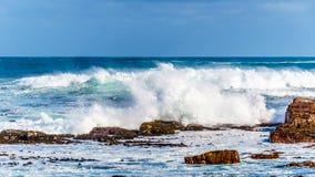 Vågor av Atlanticet Ocean som bryter på de steniga kusterna av udde av bra hopp Arkivbilder