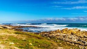 Vågor av Atlanticet Ocean som bryter på de steniga kusterna av udde av bra hopp Royaltyfri Foto
