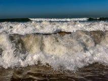 Vågor av Atlanticet Ocean som bryter på sandstranden på Agadir, Marocko royaltyfri foto
