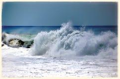 Vågor av den Keramas stranden Arkivfoton
