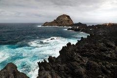 Vågor av det Atlantic Ocean slaget vaggar på kusten av madeiran är arkivbild