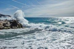 Vågor av det Mediterranian havet Arkivbilder