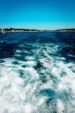 Vågor av av en motorisk lämna St Ignace Michigan för fartyg Royaltyfri Fotografi