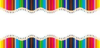Vågor av färgrika träblyertspennor som tillbaka isoleras på vit, tom ram till det skola-, konst- och kreativitetbegreppet Arkivbild