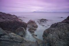 Vågor av havet, himlen och stenarna, stenblock längs kustlinjen Royaltyfri Foto