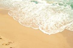 Vågor av havet och gul sand Royaltyfria Bilder
