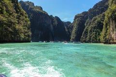 Vågor av snabba motorbåten i golf av Thailand royaltyfri foto