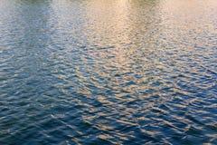 Vågor av vatten i en sjö royaltyfria foton