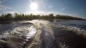Vågor av watercraft stock video